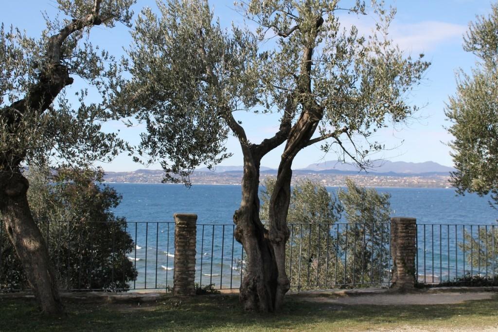 Sirmione - Lungolago vicino alle Grotte di Catullo