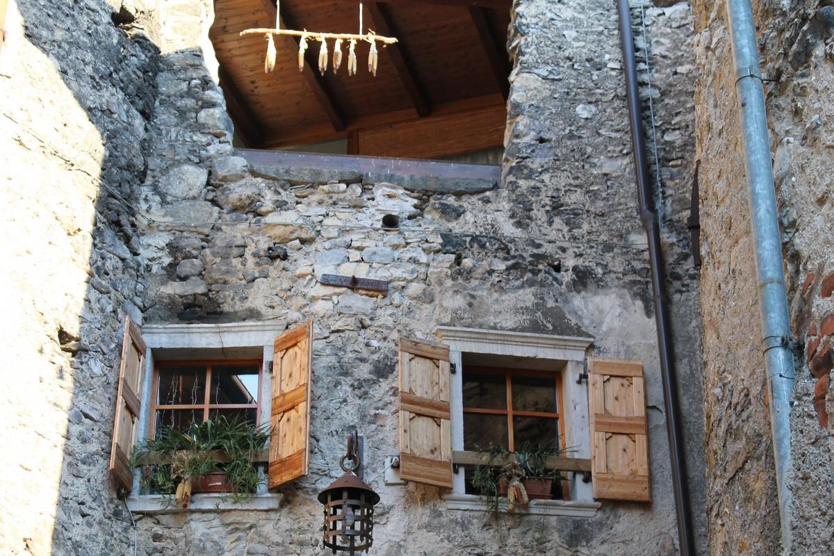 Rustico medioevo a canale di tenno - Finestre castelli medievali ...